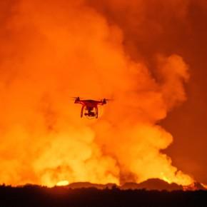 Sobrevoe um vulcão em erupção com um drone