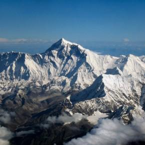 Sobrevoe a mais alta cadeia montanhosa do mundo